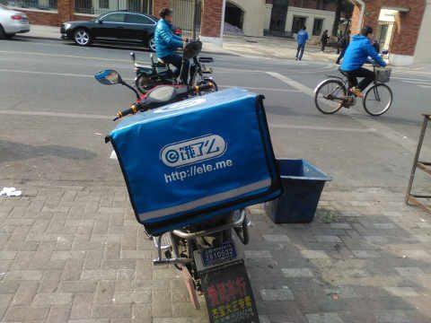 饿了么 bike in Shanghai, just waiting to make its next delivery of nearly free food.