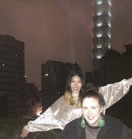 Elisha sammen med nogle venner på Taipei 101
