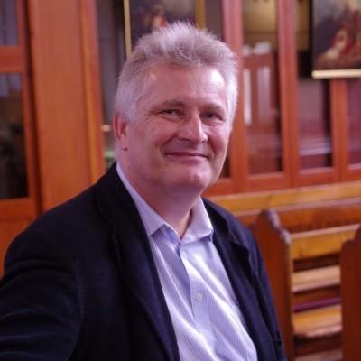 Edinbourgh Universitesi'nde çokdillilik alanında en ünlü uzmanlardan Dr. Thomas.