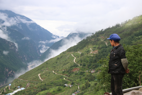 Tiger Leaping Gorge: even the locals stop to appreciate the wonderful view